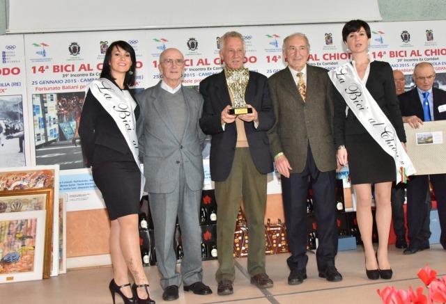 Gianni Motta al centro premiato da Pietro Guerra e Franco Mori
