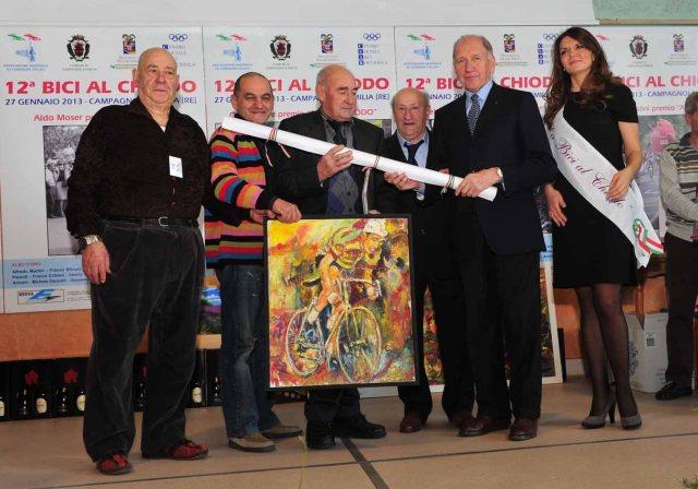 """Aldo Moser riceve il """"Premio alla Carriera"""" da Otello Paniccia, Primo Canepari,Gino Reggiani e Vittorio Adorni"""